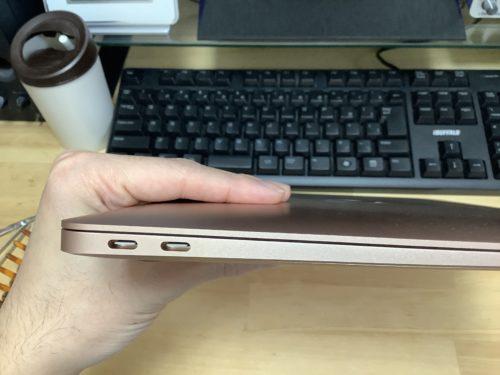 MacBookAir2019の左サイド部分。基本的に拡張できるのはここだけ。でもiPhoneやiPadとはAirDropなど無線でやりとり出来るので実際これでも十分かもしれない。