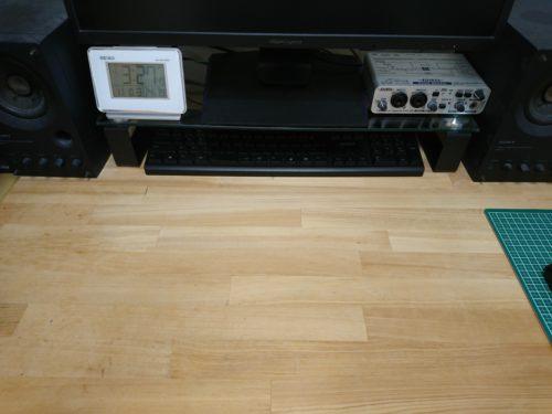 OWL-TGDESK02-BKを設置した後。机に大きなスペースができました。使わない時はキーボードをしまってスッキリ。