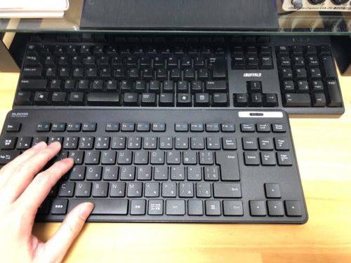 TK-FDM109TBKをフルサイズのキーボードと比較してみましたが、一般的なテンキーレスキーボードサイズになります。キーピッチは19ミリあります。