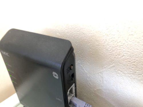 親機にあたるNECのAterm WF1200HP。背面?にあるらくらくスタートボタンを押して、中継機と接続します。