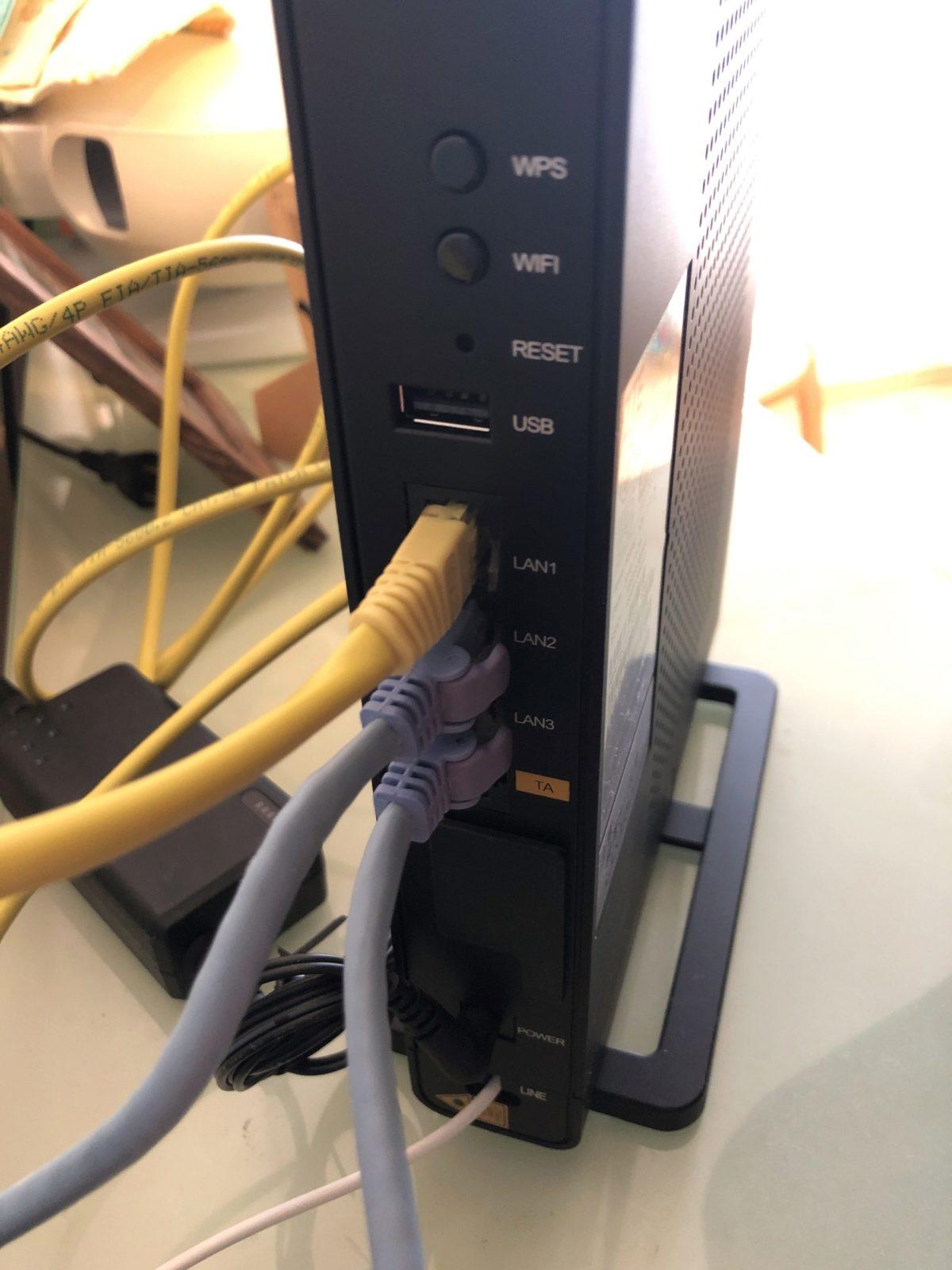 NURO光の光回線終端装置(ONU)。ZTE社のF660Aです。無線ルーターとしても利用可能。LANポートは3つあります。USB2.0ポートが一つ