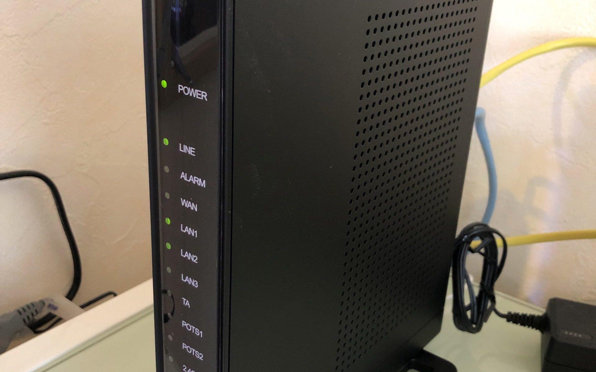 NURO光の光回線終端装置(ONU)。ZTE社のF660Aです。形状がシンプルな四角なので置き場にも困らない。縦置きで使うようマニュアルに記載されています。