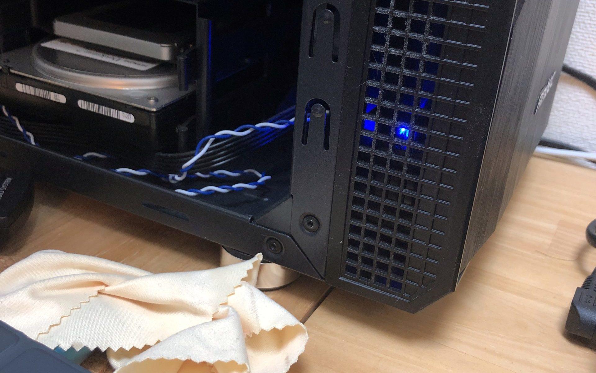 ANTEC P5のフロントパネルの隙間にHDDLEDを仕込んで光らせてみました。無加工でフロントパネルのアミアミ部分にジャストフィット。ケース閉じる前の状態。