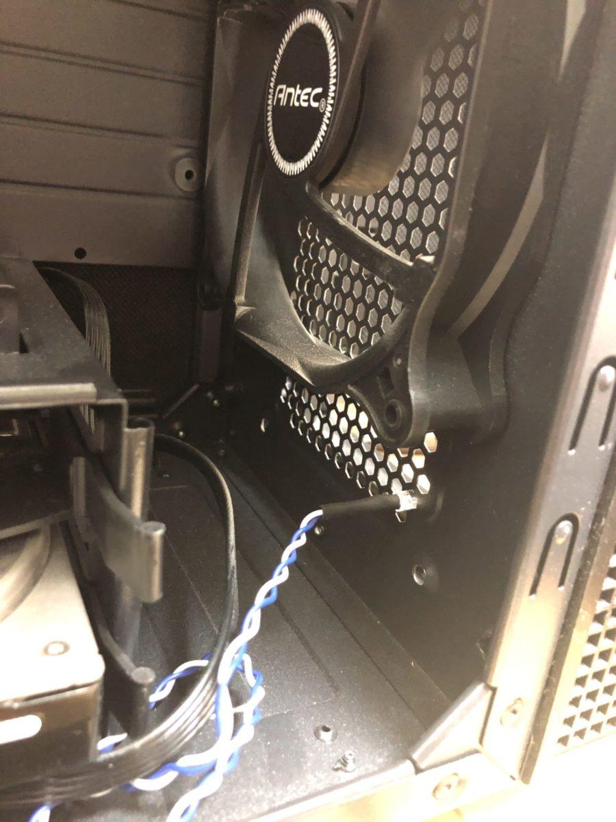 ANTEC P5の内側部分です。フロントパネルの吸気のための穴にLEDがぴったりとハマります。