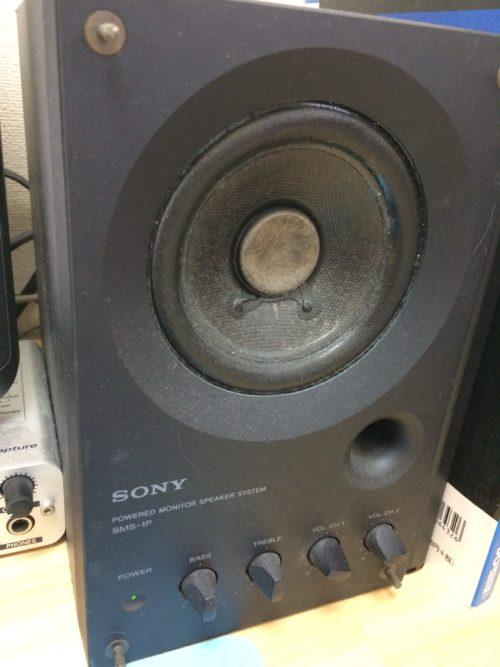 SONYのモニタースピーカーSMS-1Pです。銘機です。デスクトップパソコンのスピーカーとしても使っています。