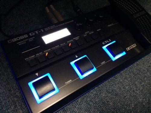 BOSS GT-1の電源投入したところ。フットスイッチ周りのひかり方が今時っぽい感じ。部屋だと眩しいが薄暗いライブハウスだとよく見えて良いかもしれない。