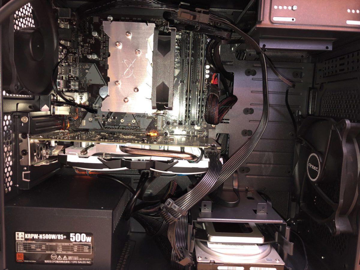 Antec P5に載せ替え、CPUファンを換装したところです。内部もかなりすっきり。排熱がケース上部にあるものエアフロー的にはよさげ。