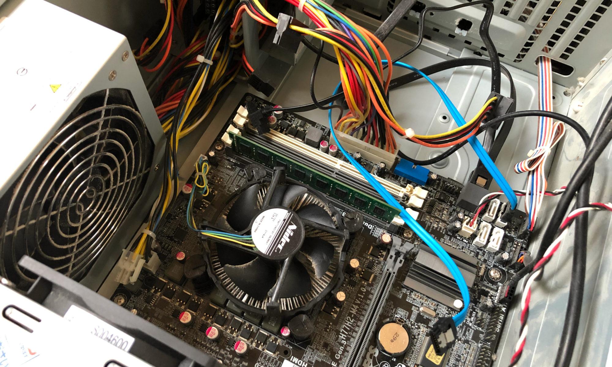 マザーボードは「H77H2-M4」、電源ユニットは「FPS−460」というのが載っていました。それにしても7年間の埃がすごい