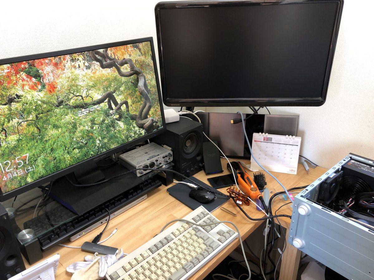 CPUを取り外して付け直したところようやく起動しました。作業中のため机の上はゴチャゴチャ。
