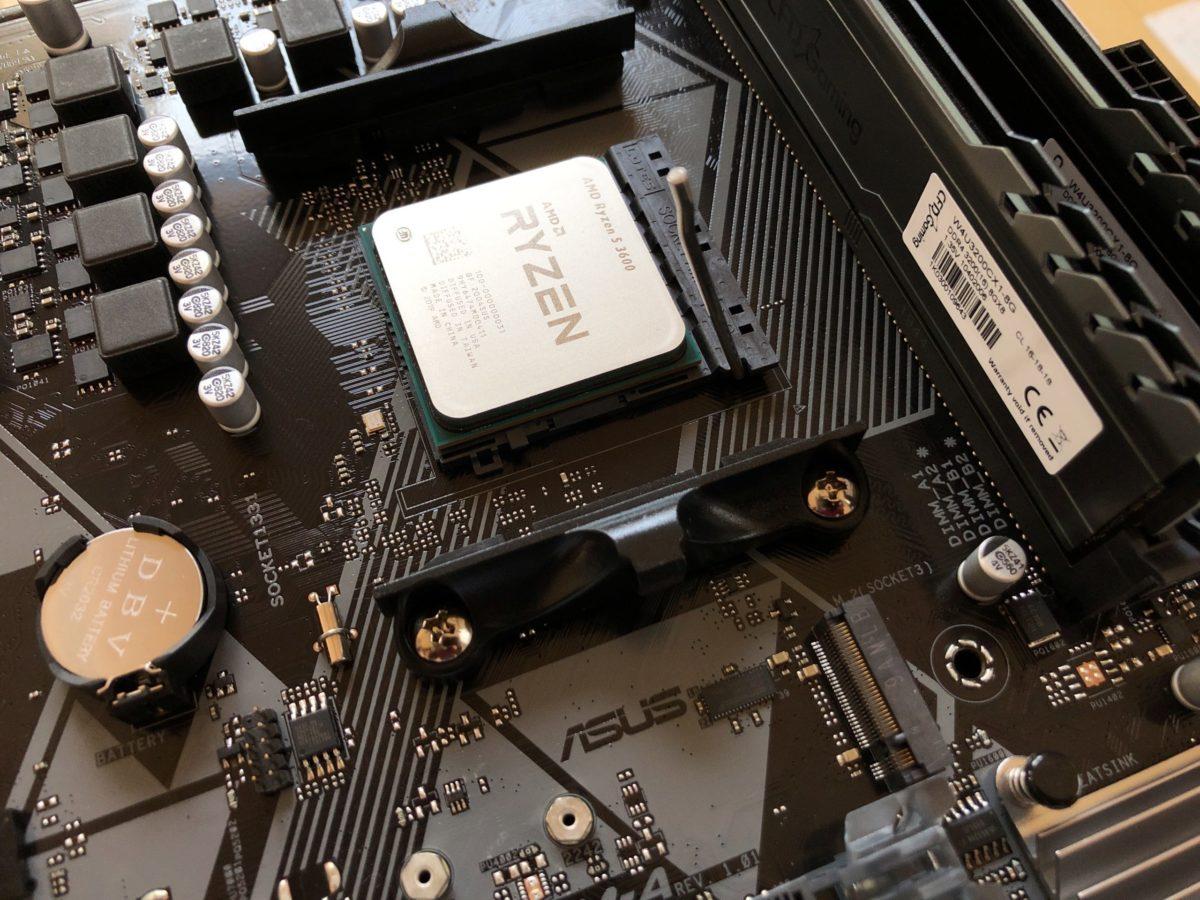 ASUS PRIME B450M-AにCPUをセットしたところ。画像ではCPUに一番近いスロット(DIMM_A1、B1)にメモリに刺していますが、CPUクーラーに干渉したので場所は変えました