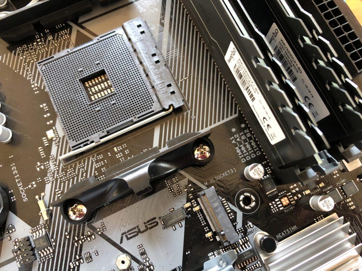 ASUS PRIME B450M-AのCPUソケット回り。CPUクーラー取付用の表面のブラケットは標準のCPUクーラーでは使わないので取り外します