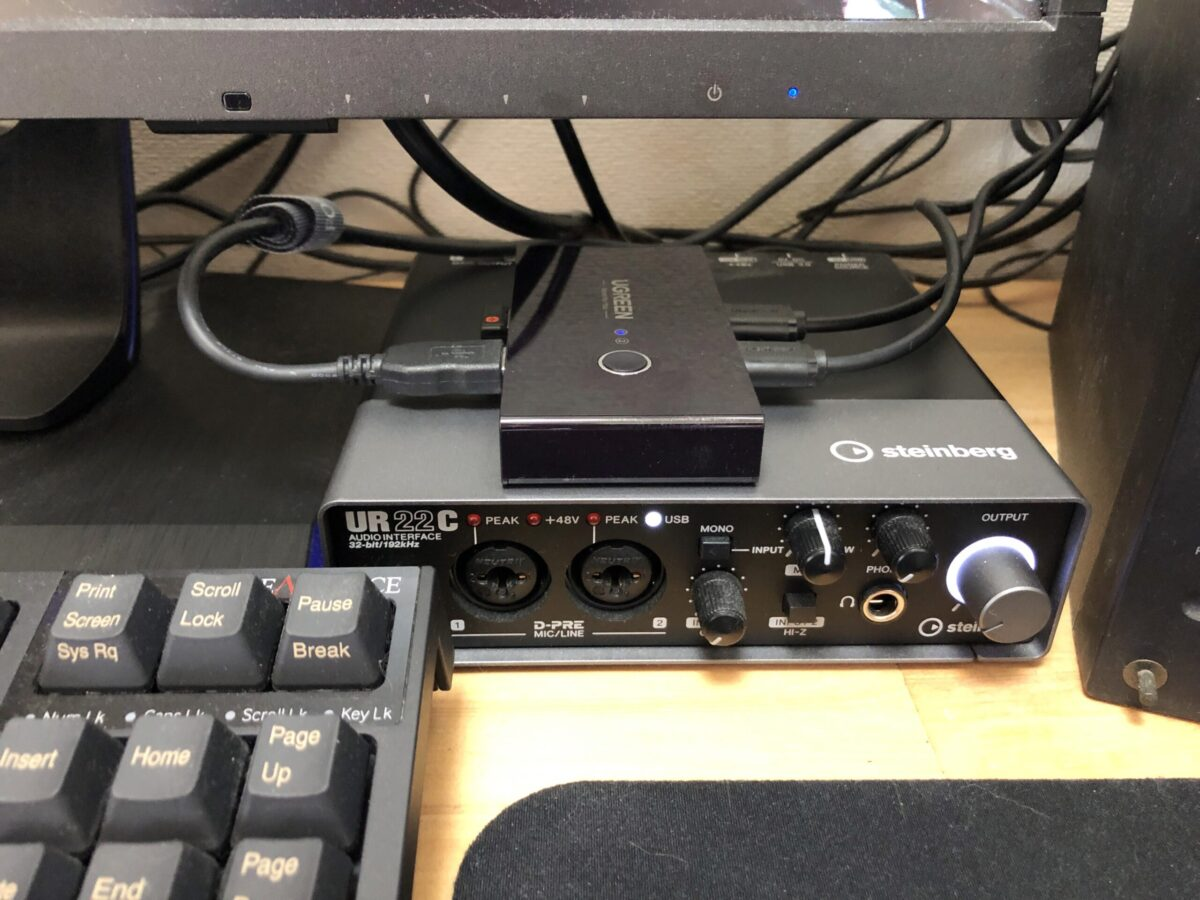 UGREEN 切替器 USB 切り替え PC2台用(4ポート)。最終的にはこうやって置いて使うようにしました。コードは邪魔にならないけどLEDが見えにくくなりました。